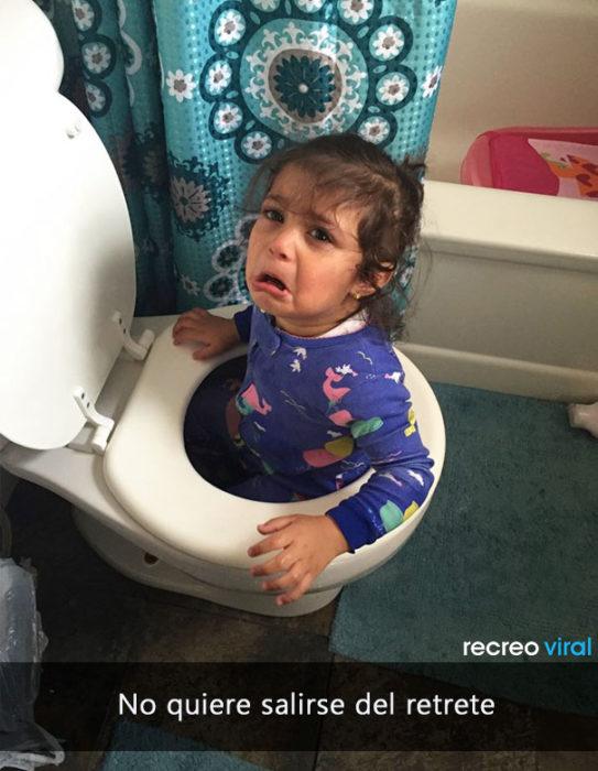 niña llora proque quiere jugar en el retrete