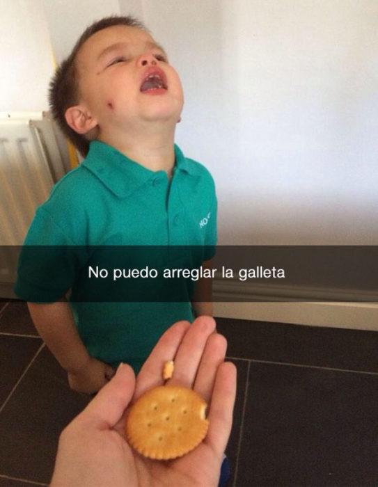 niño llora porque su galleta se rompio