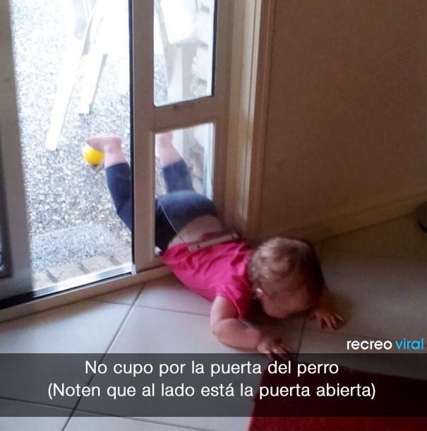 niña llora porque no cabe por la puerta del perro