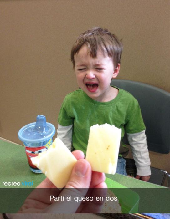 niño llora porque se rompió su queso