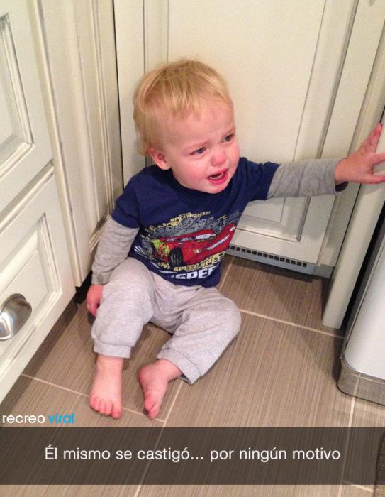 niño llora porque se castigó solo