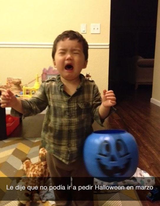 niño llora porque no puede ir a halloween en marzo