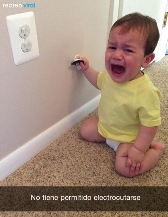 niño llora porque no puede electrocutarse