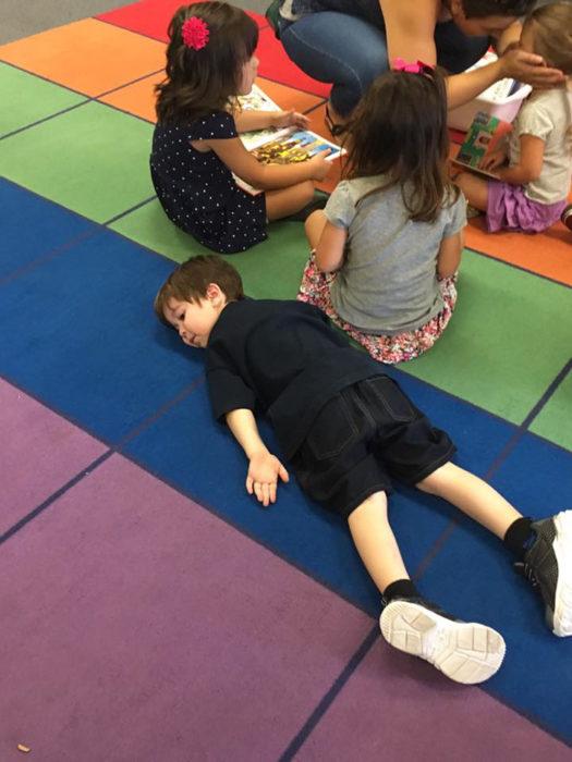 Niño tirado en el salón de clases