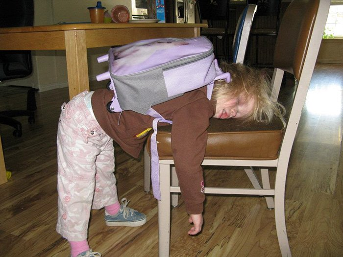 Niña con su mochila se queda dormida de pie