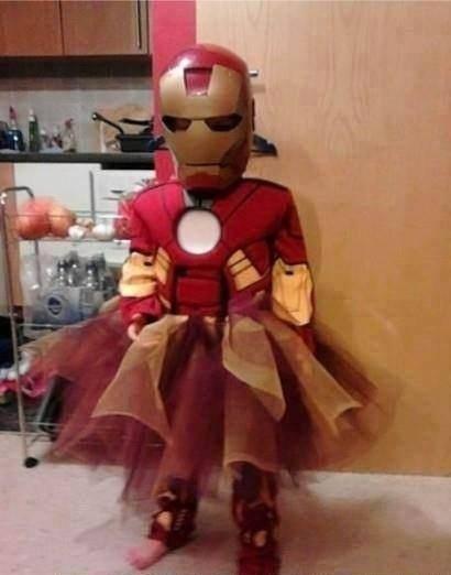 Papás haciendo un buen trabajo - Niña vestida como princesa Iron Man