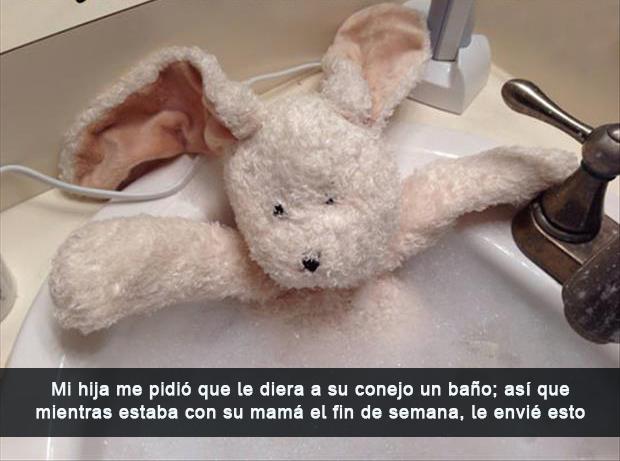 Papás haciendo un buen trabajo - Papá le da baño al conejo de su hija