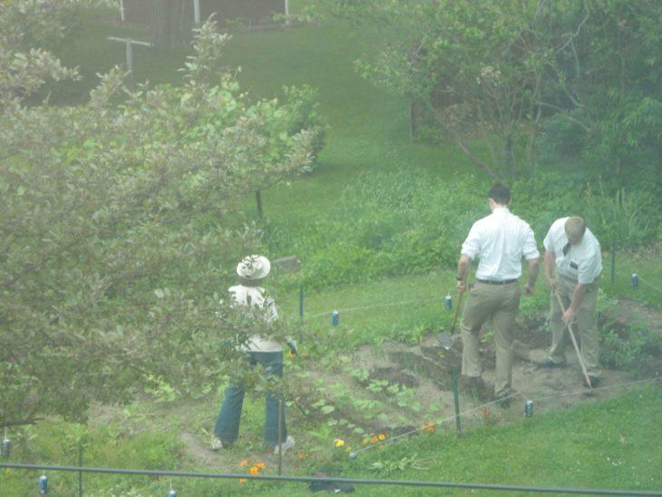 Papás haciendo un buen trabajo - Mamá haciendo jardinería con los mormones