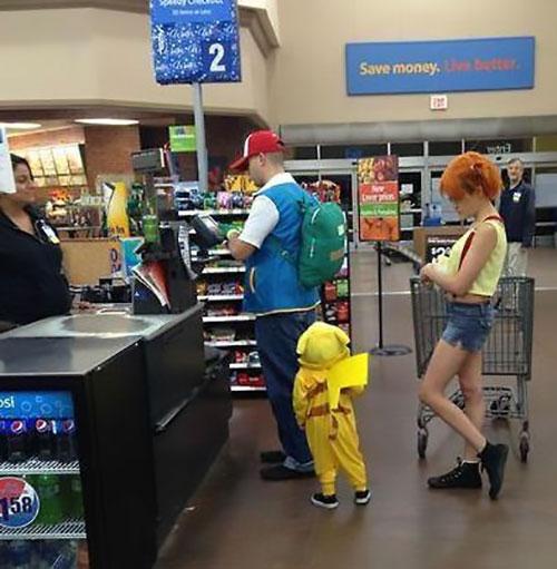 Papás haciendo un buen trabajo - Papás disfrazados de pokemón
