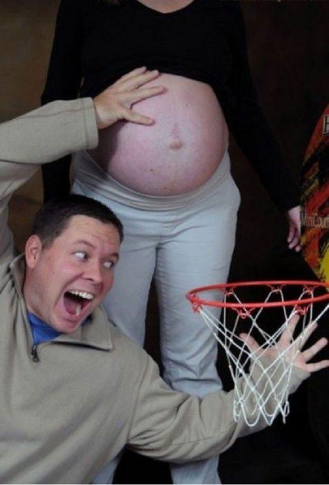 Las peores fotos embarazo - hombre quiere encestar la panza de su mujer en una canasta