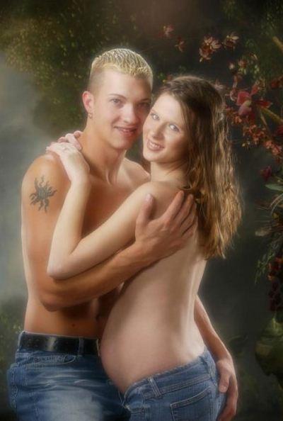 Las peores fotos embarazo - Pareja de jóvenes en jeans, el con la mano en su trasero