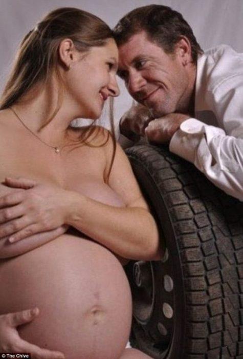 Las peores fotos embarazo - Pareja se mira románticamente y hay una llanta