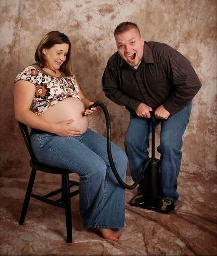 Las peores fotos embarazo - Hombre hace como si estuviera inflando la panza de la mujer