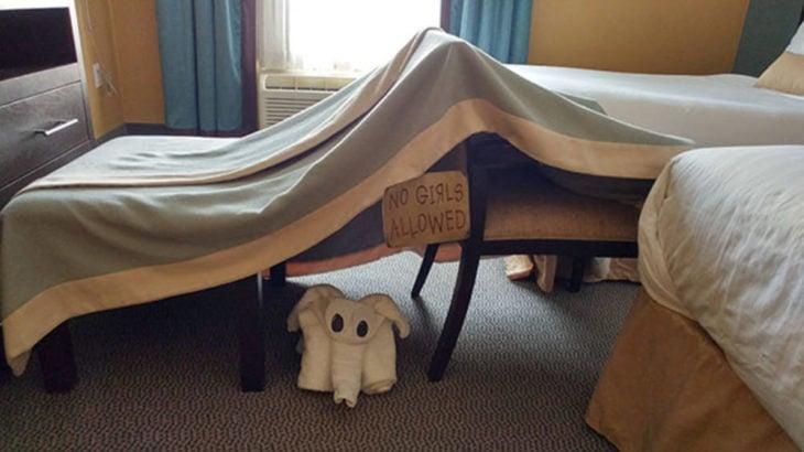 Peticiones absurdas hoteles - un fuerte de sábanas con un letrero que dice no se permiten niñas