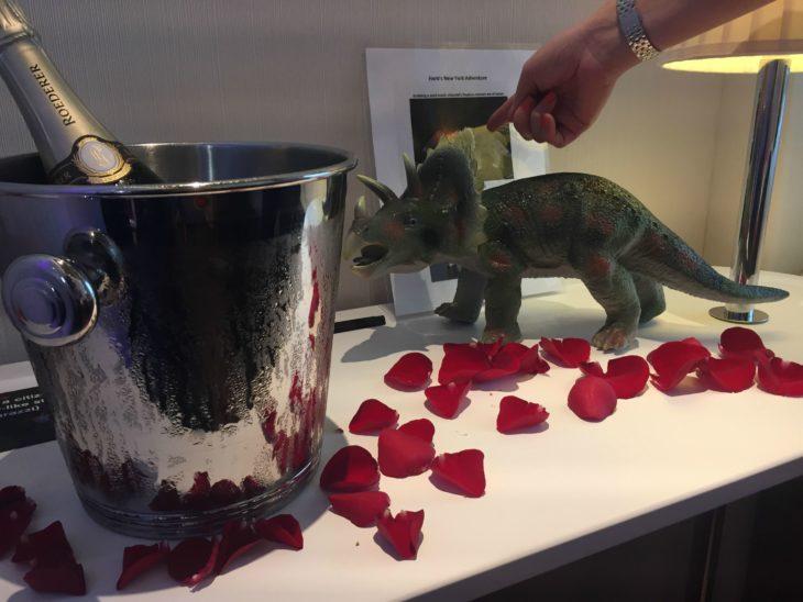 Peticiones absurdas hoteles - Champagne, pétalos de rosa y un dinosaurio de plástico
