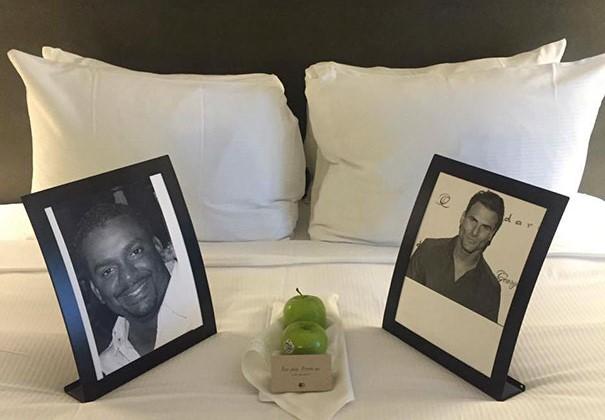 Peticiones absurdas hoteles - fotos de dos actores en la cama