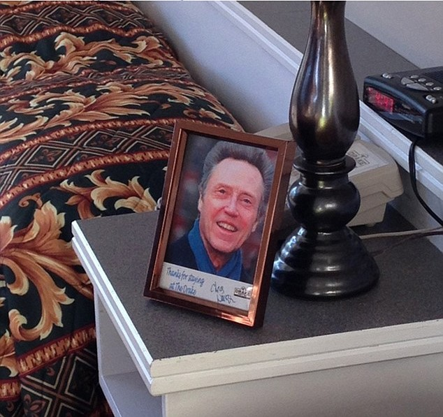 Peticiones absurdas hoteles - foto de un actor en la mesa de noche