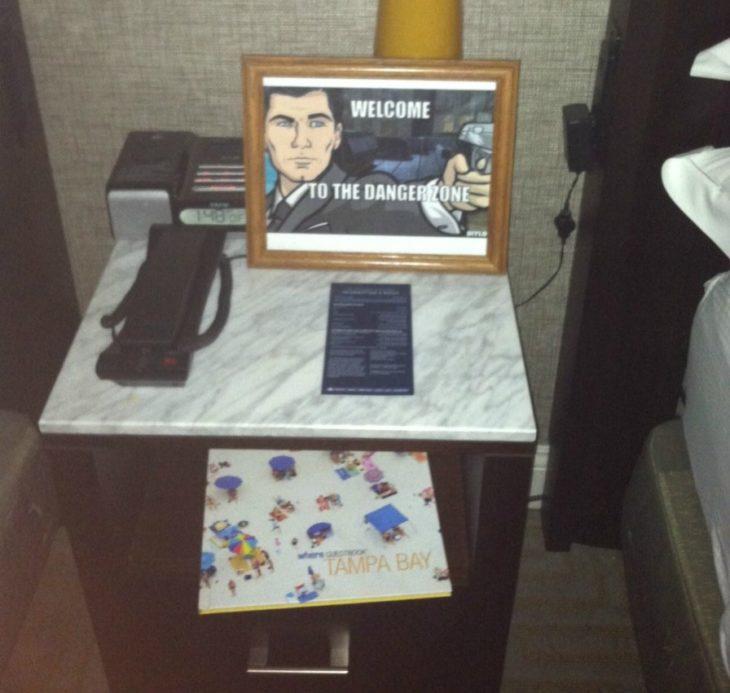 Peticiones absurdas hoteles - dibujo de bienvenida en la mesa de noche