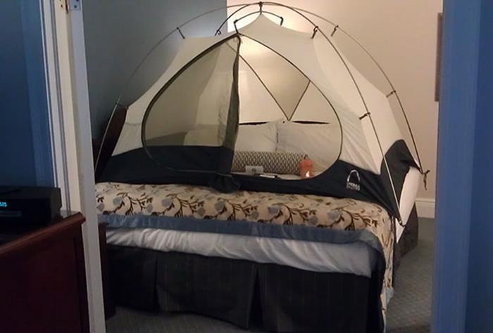 Peticiones absurdas hoteles - casa de campaña sobre la cama