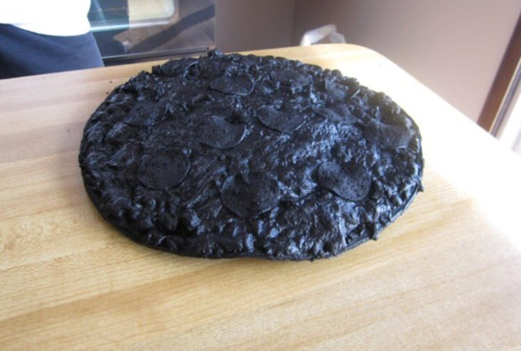 Pizza completamente quemada