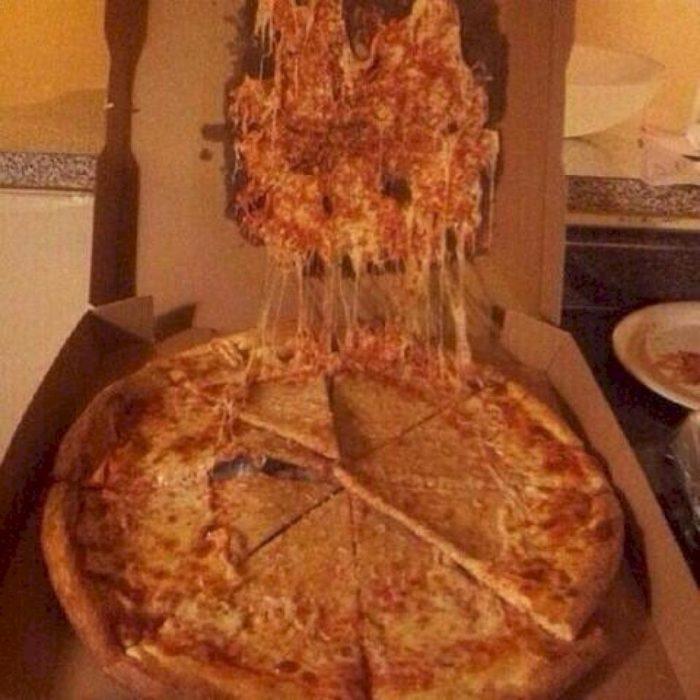 Pizza en la caja y todo el queso se quedo pegado en la parte de arriba