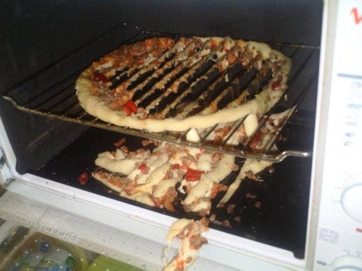 Pizza en el horno con todo el centro desprendido
