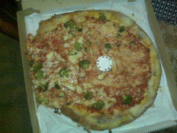 Pizza asquerosa con brócoli y sumamente grasosa