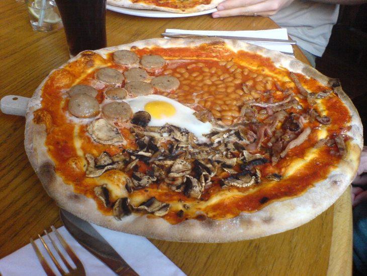 Pizza con albondigas, hongos, huevos y frijoles