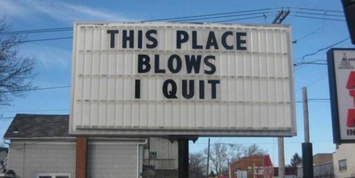 Cartel que dice: Este lugar apesta, renuncio