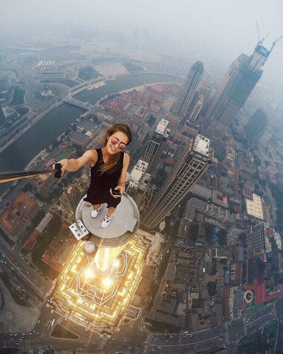 angela nikolau se toma selgie en un rascacielos