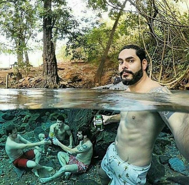 selfie con sus amigos en el fondo