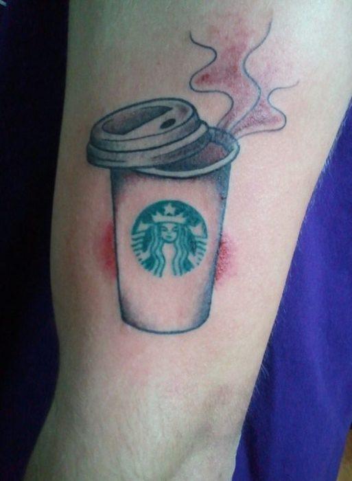 Tatuaje de la taza de café starbucks