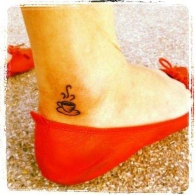 Tatuaje en el tobillo de una taza de café