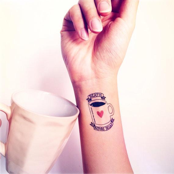 Tatuaje que dice antes muerta que descafeinado