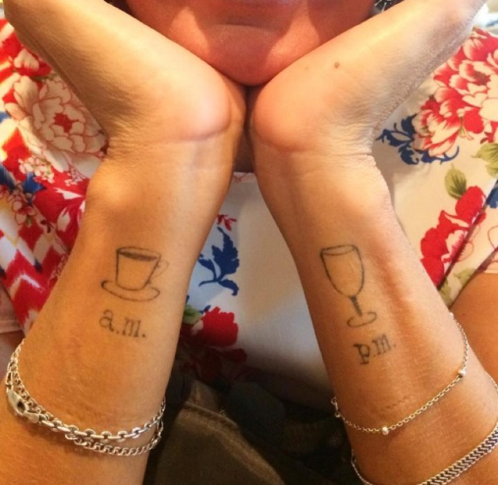 Dos tatuajes uno de am con una taza de café y otro de pm con una copa de vino