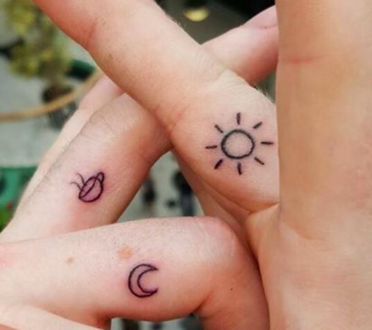 Tres tatuajes uno de sol, otro de luna y otro de café