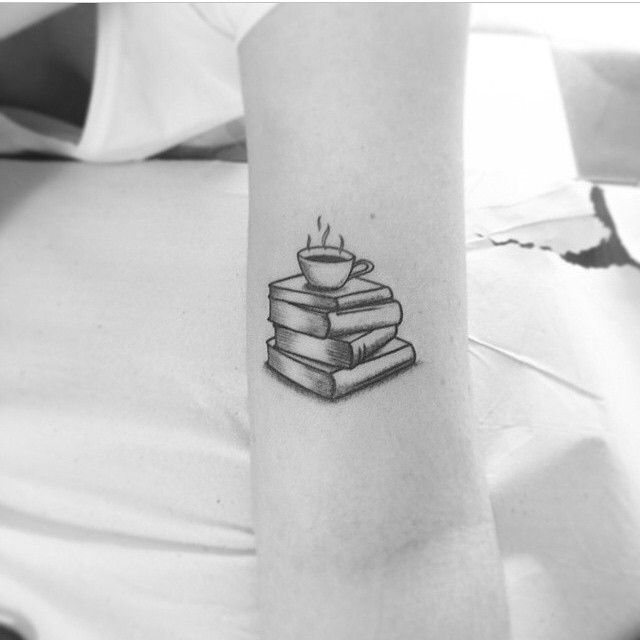 Tatuaje de 4 libros y una taza de café
