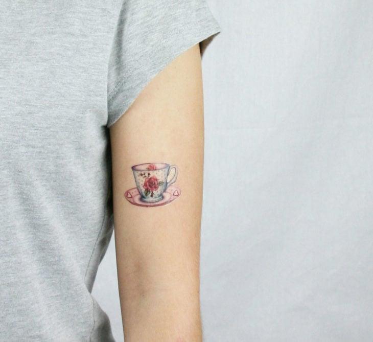 Tatuaje a colores de una taza de café