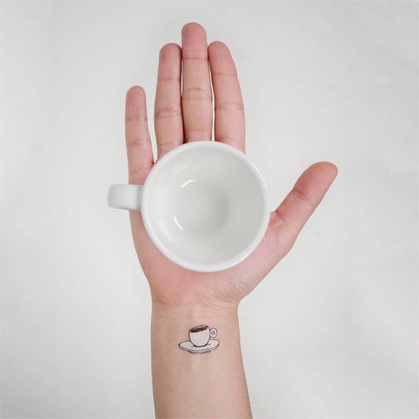 Tatuaje en la muñeca de una taza de café a color