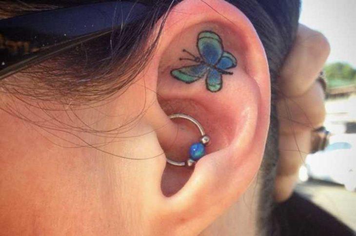 Tatuaje de mariposa adentro del oído