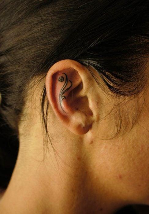 Tatuaje elegante adentro del oído