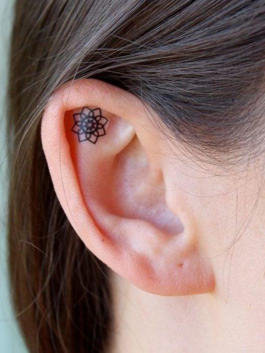 Tatuaje de una mandala adentro del oído