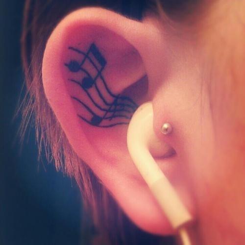 Tatuaje en el oído como si estuviera escuchando música