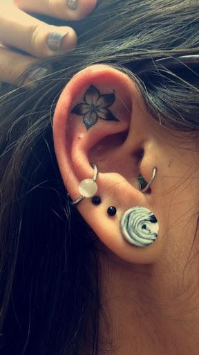 Tatuaje de un lirio adentro del oído