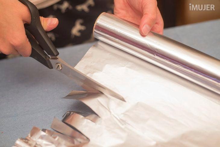 corta tus trozos de papel aluminio con unas tijeras y quedarán afilados