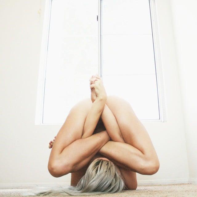 Heidi yoga desnuda cabello rubio