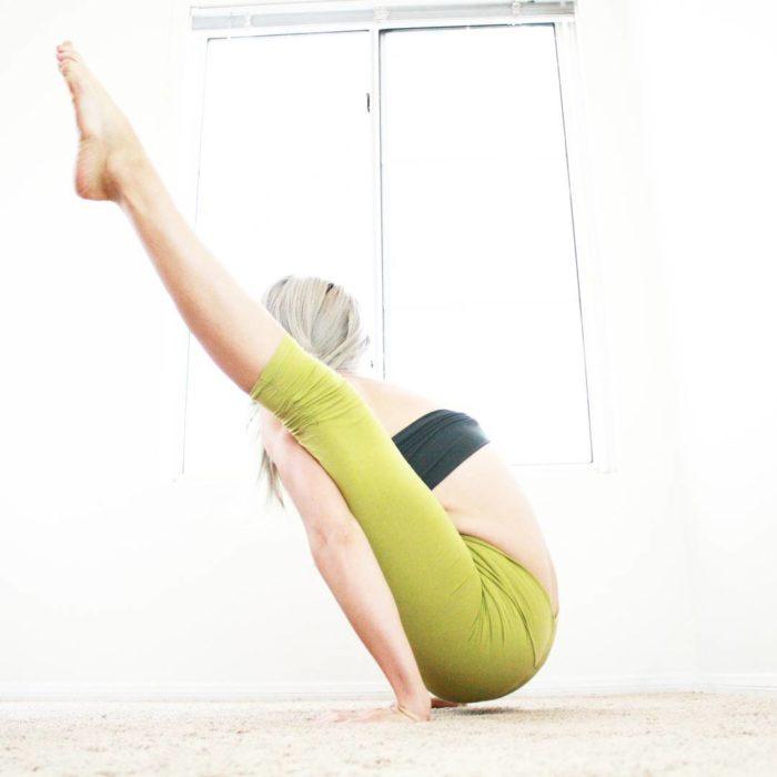 Heidi Yoga sus piernas alzadas en el mismo àngulo que su espalda