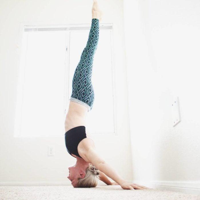 Heidi yoga sostenida con la cabeza