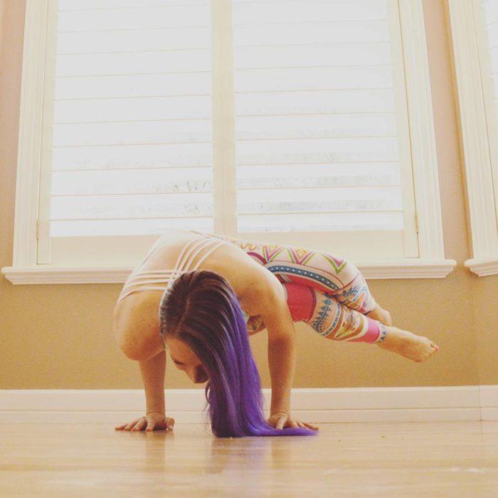 Heidi pose yoga cabello morado