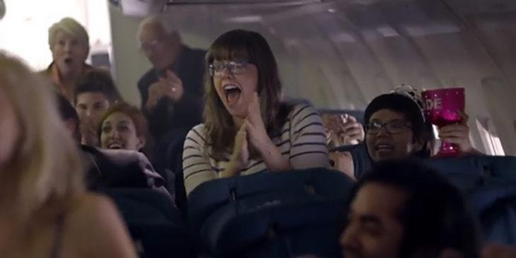 personas aplaudiendo en un avión